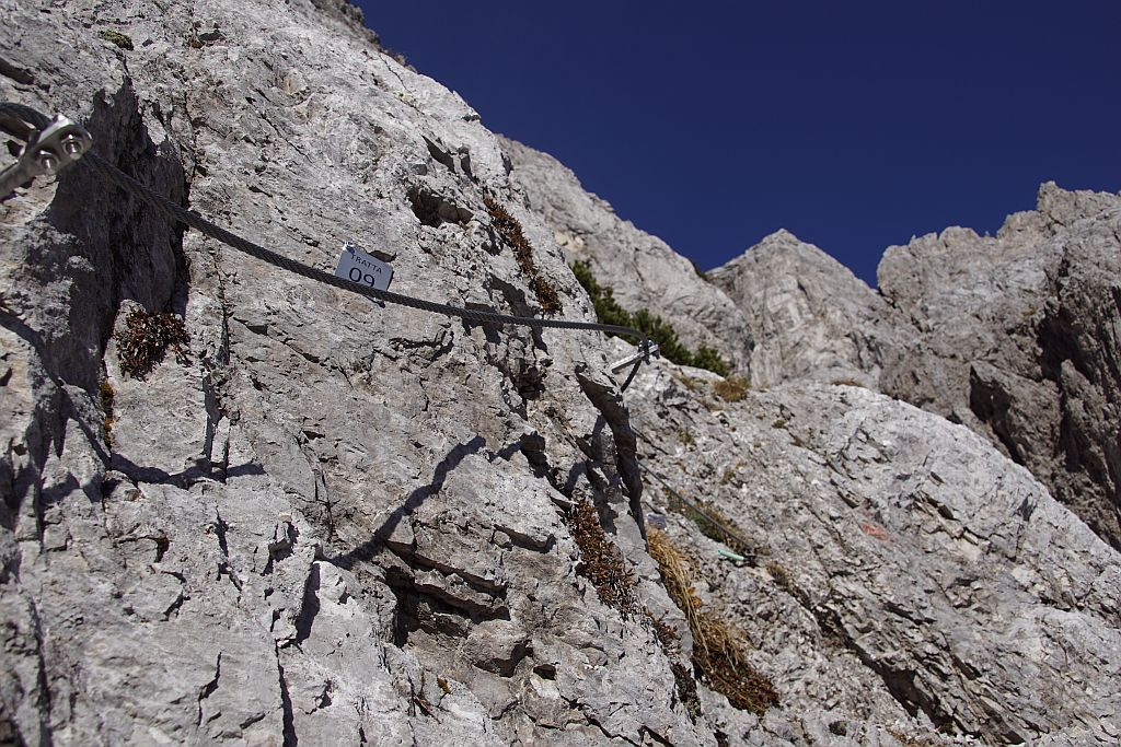 Ehe es nach einer Schuttfeldquerung an Stahlseilen gesichert steil bergauf geht