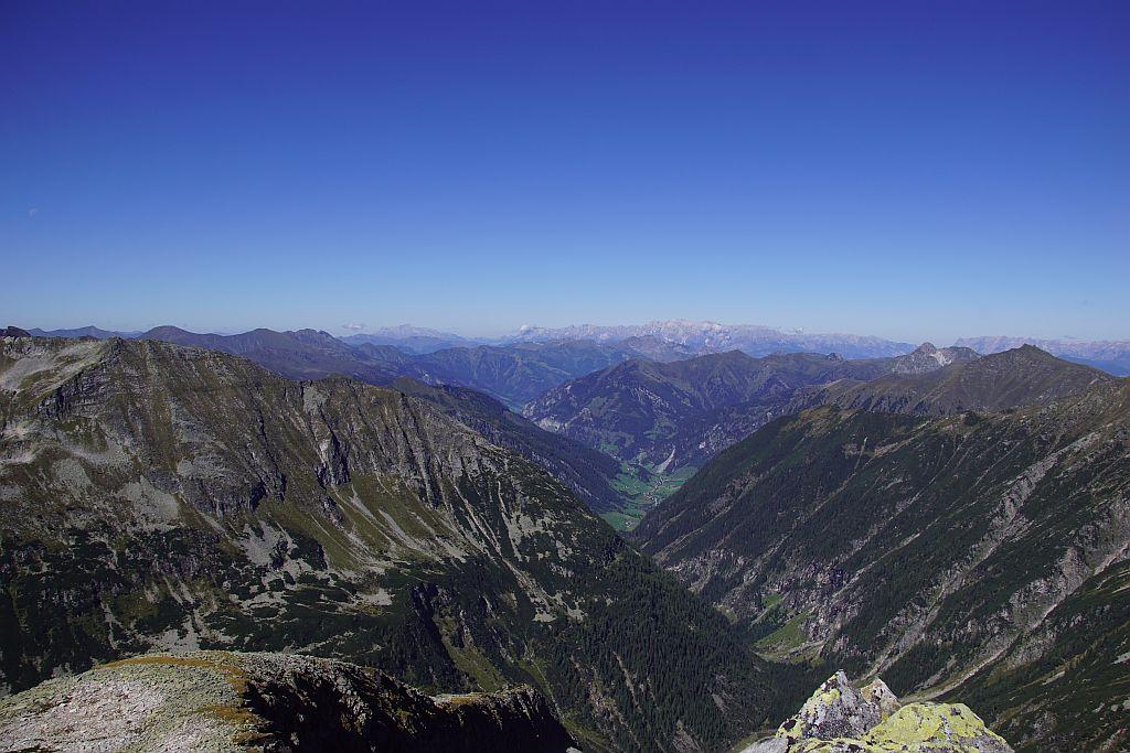 Fast wolkenloser Himmel beim Blick nach Norden zum Tennengebirge und zum Hochkönig
