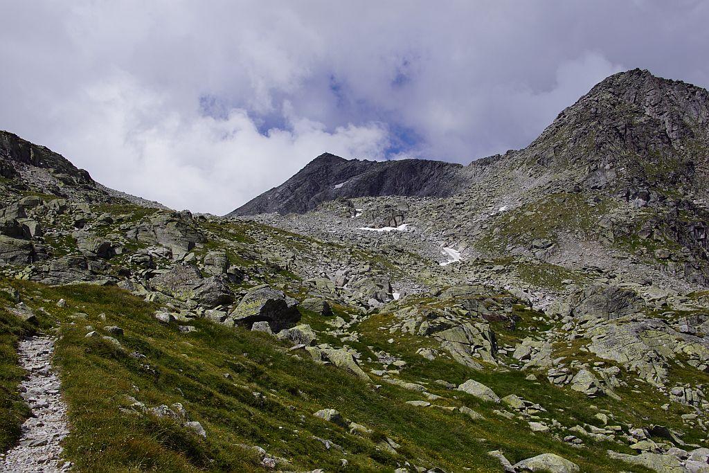 Der weglose Aufstieg erfolgt zunächst über den linken Rücke und zieht dann nach rechts hinüber und über die Steilstufe hinauf zum Hochplateau