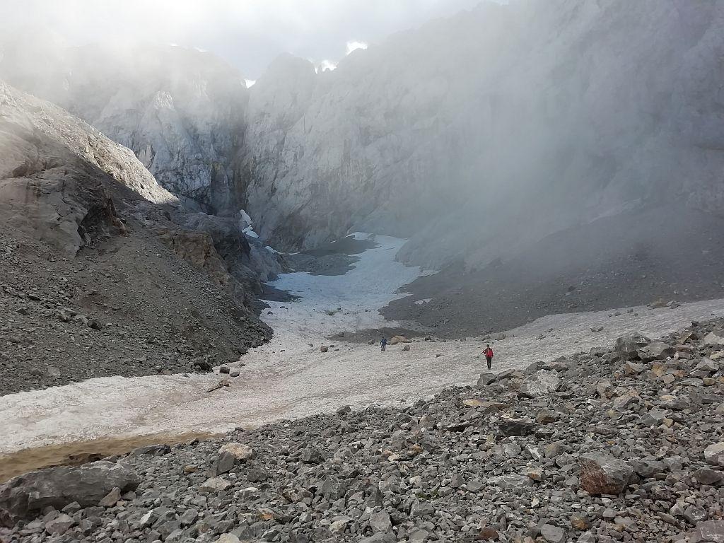Blick vom unteren Gletscherende durch den Trog der Gletscherzunge zum Wandfuß hinauf
