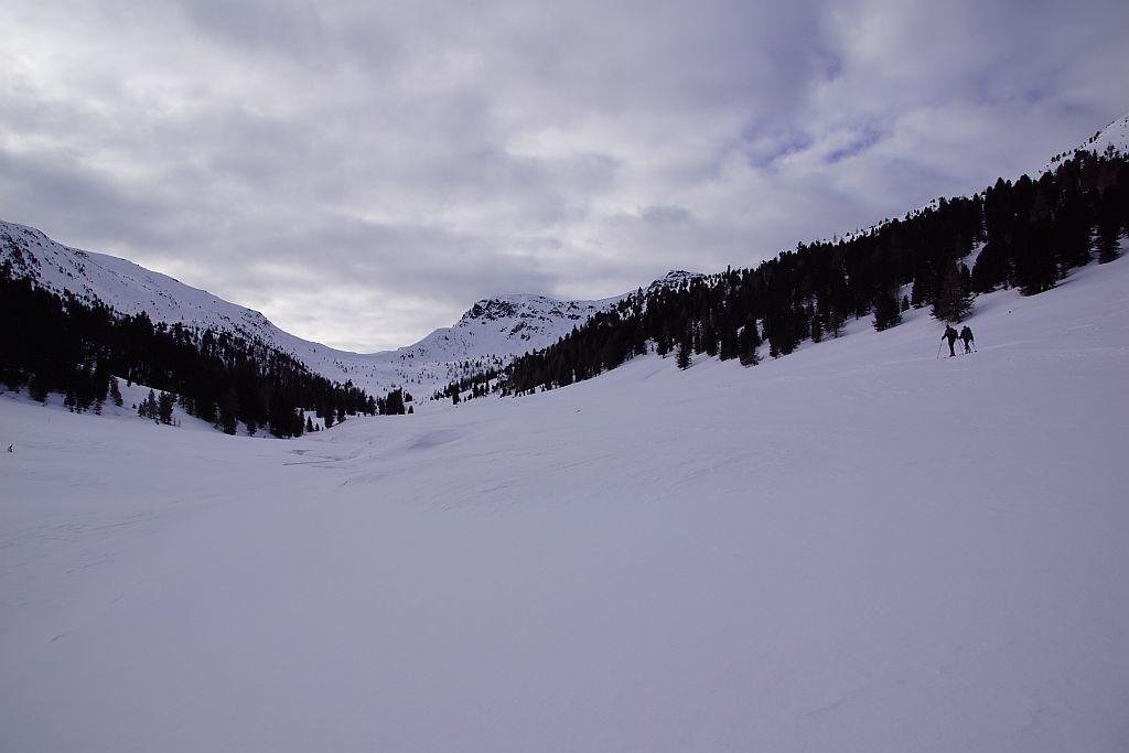 Das lange Rosanintal (rechts im Hintergrund über den Baumspitzen zeigt sich der Gr. Königstuhl)