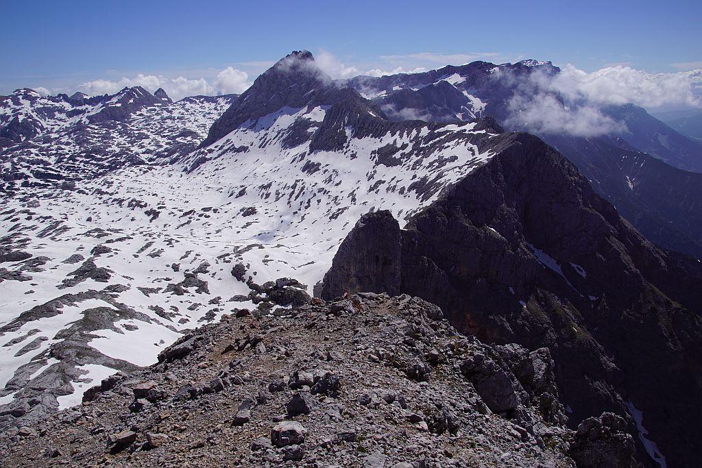 Im Frühsommer 2019 liegt am Hochplateau rund um das Riemannhaus noch viel Schnee, im Hintergrund rechts zeigt sich der Hochkönig