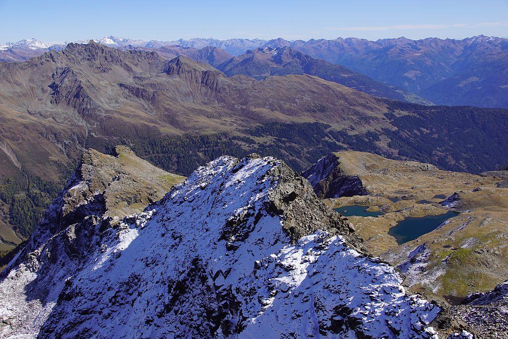 Rückblick von der Schleinitz über den Aufstiegsgrat zu den Sattelköpfen (links)