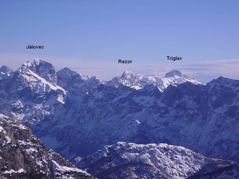Nochmals etwas gezoomt kann man von links nach rechts den Jalovec (2643m), den Razor (2601m) und seine Majestät den Triglav (2864m) erkennen