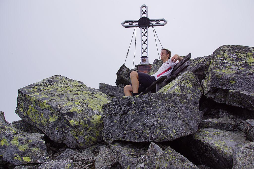 Gipfelrast auf einer gemütlichen Gipfelbank