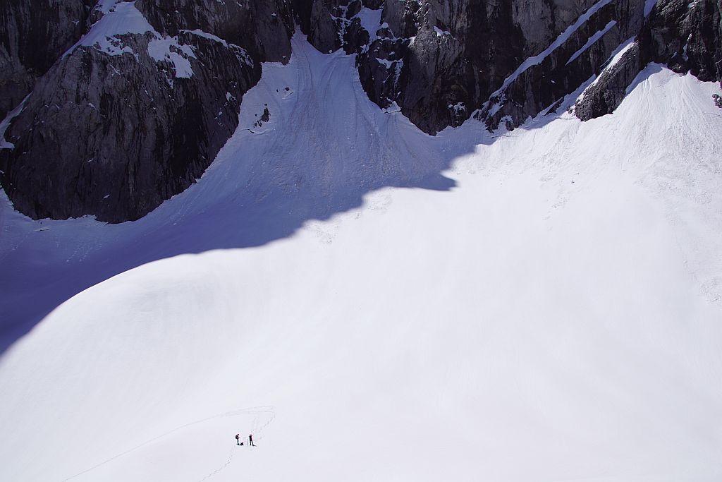 Blick von der Moräne über den Eisscheitel zum höchsten Punkt des Gletschers.