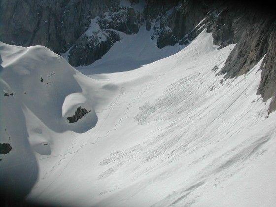 Blick vom Kunzkopf hinunter auf das Eiskar. Im Jahr 2004 lag der Schnee Ende Mai in diesem Teil des Gletschers noch bis 14m hoch