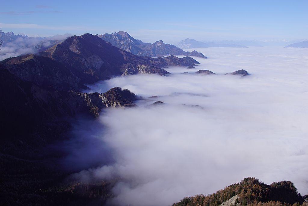 Der herrliche Blick nach Westen, aufgenommen von der Abbruchkante knapp westlich des Gipfels