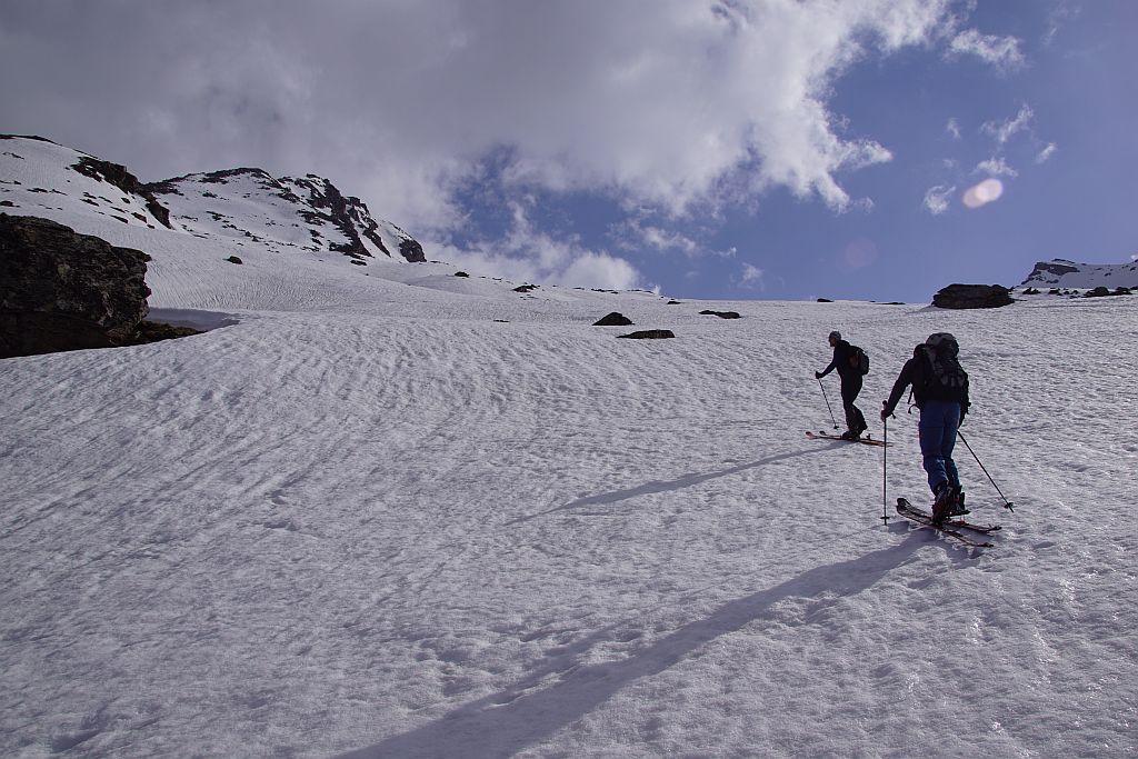 Über herrliche Böden geht es weiter Richtung Gipfelaufbau, die linke (gemütliche Variante) ist schon etwas ausgeapert