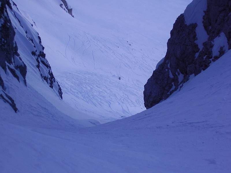 Auch von Nordwesten (Ausgangspunkt Saisera) her kann man zur Bärenlahnscharte aufsteigen. Diese Variante ist aber besonders im obersten Bereich sehr anspruchsvoll. Im letzten Teil ist die Rinne nur wenige Meter breit und rund 40° steil