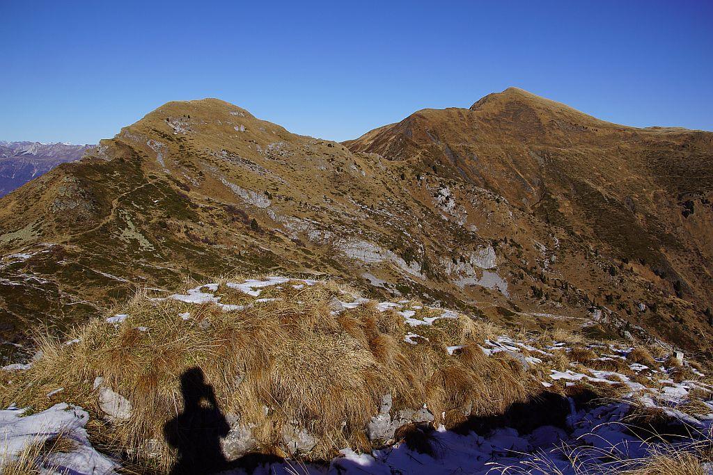 Vond er Ringmauer aus der Blick zu Schulterkofel (links) und Hochwipfel (rechts), der Wanderweg zeichnet sich besonders inder Südflanke des Hochwipfels sehr gut ab.