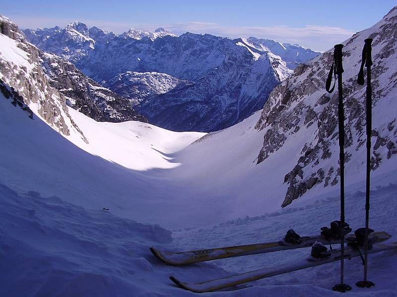 Von der Scharte aus bietet sich ein herrlicher Ausblick Richtung Osten, im Vordergrund die markante Geländestufe in knapp über 2000m