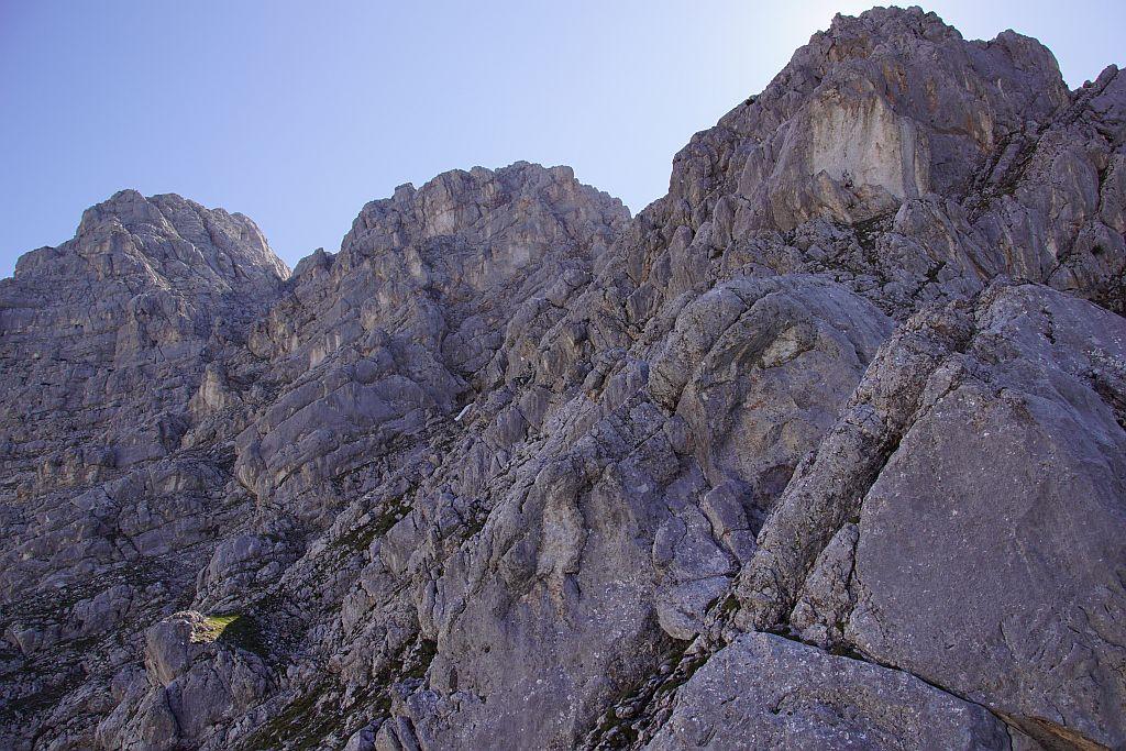 Über Rinnen, Bänder und Rampen geht es höher zum Gipfel (links)