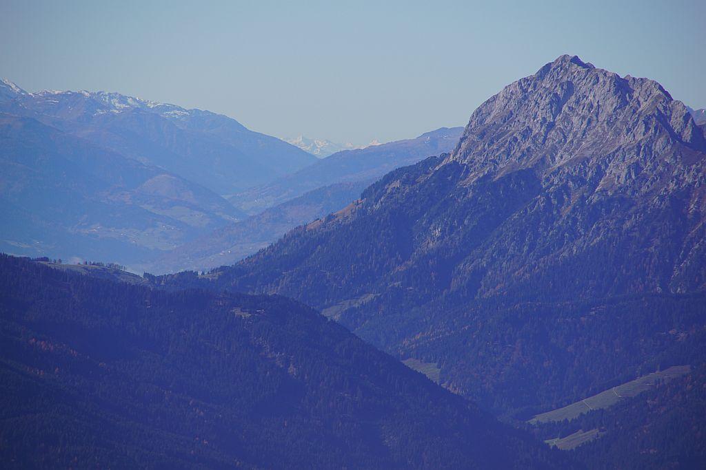 In der Verlängerung vom Lesachtal zeigen sich wieder ein paar weiße Berge, diese sind schon Teil der Ötztaler Alpen (Wildspitze)