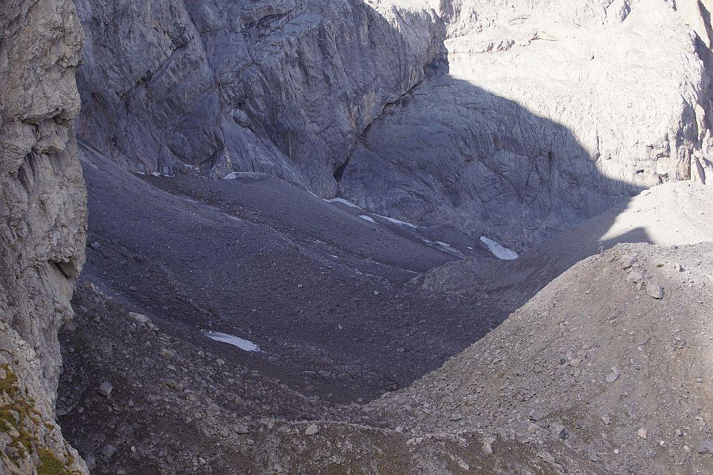 Blick von Osten über den extrem stark mit Schutt bedeckten Eiskargletscher