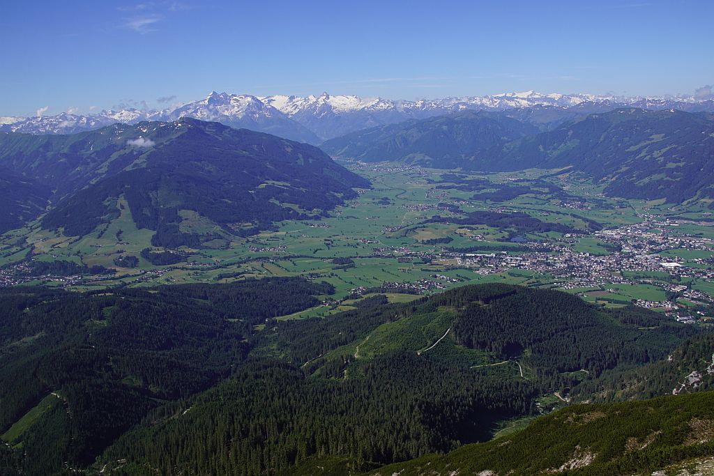Am Übergang von den Latschen in den steilen teils felsigen Teil, Blick nach Süden über Saalfelden zu den Hohen Tauern