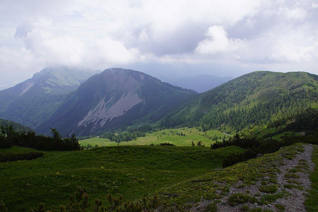 Beim Abstieg vom Großen Frauenkogel der Blick nach Osten. Rechts der Rosenkogel, in der Bildmitte die Roschitzaalm