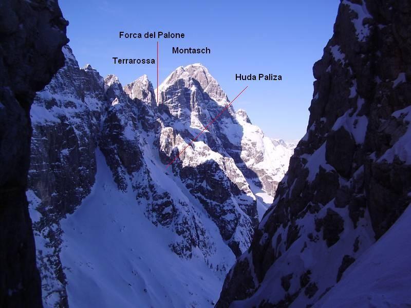 Nach Westen hin dominiert der Montasch mit seinen 2753m die Aussicht, davor ragt der markante Spitz der Terrarossa in die Höhe. Dazwischen schneidet sich die Forca del Palone ein und an der Licht- Schatten- Grenze zieht sich die Huda Paliza links hinauf