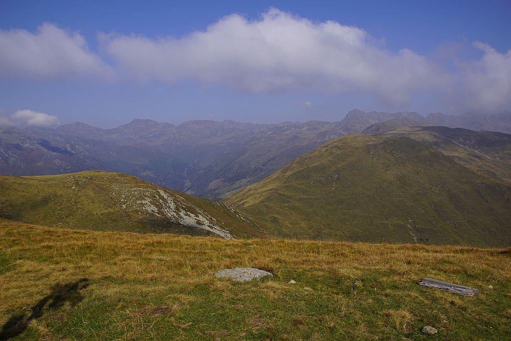 Blick von der Gaugen über den breiten Höhenrücken zum Stawipfel (Gipfel im Bildhintergrund, rechts der Bildmitte)
