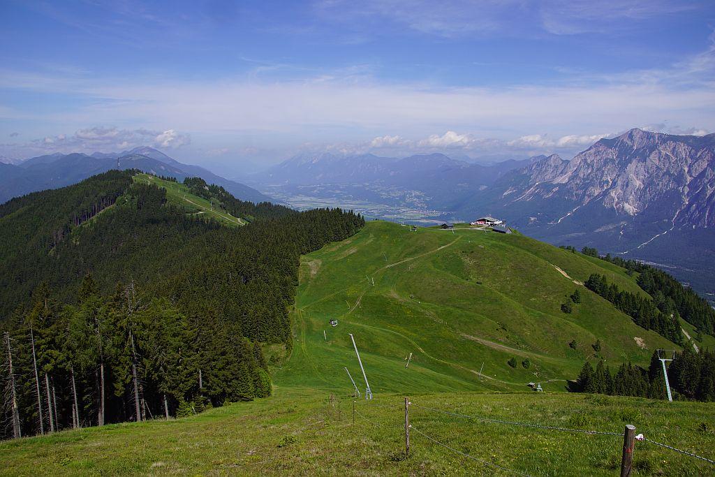 Der schöne Blick vom Hahnenwipfel über die Bergstation der Seilbahn (Hütte Bildmitte) zum Dreiländereck (links) sowie ins Gailtal, rechts im Bild zeigt sich der Dobratsch.