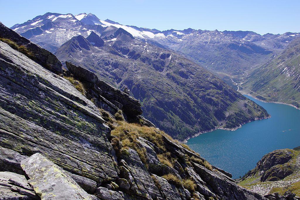 Kleine Steinmännchen, wie dieser in der Bildmitte am Felsen, zeigen Richtungsänderungen an. Im Hintergrund die Hochalmspitze