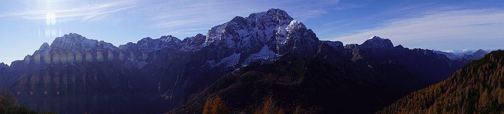 Links der Wischberg und in der Mitte der mächtige Montasch, dieses Panorama begleitet den Wanderer über weite Strecken bei dieser Tour