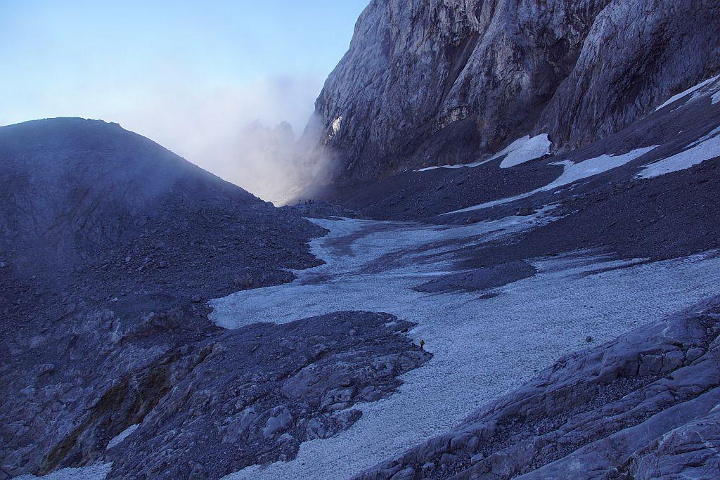 Blick von Westen über den großflächig mit Schnee bedeckten Eisscheitel sowie den Ansatz der Gletscherzunge (Vordergrund)