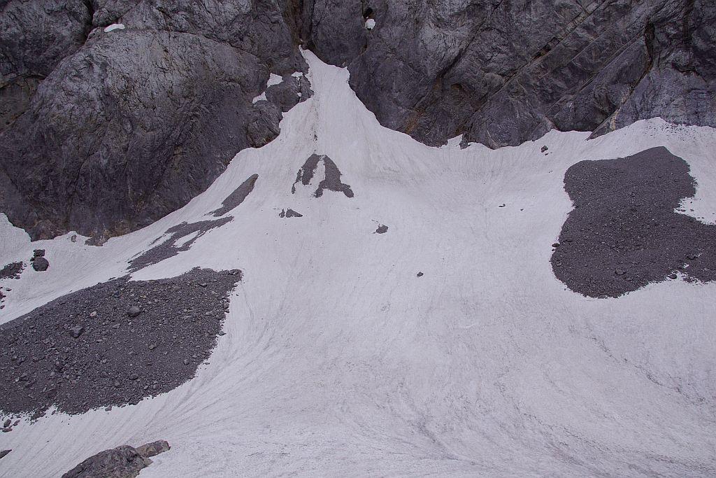 Blick von der Moräne über den Eisscheitel zum zentralen Lawinenkegel