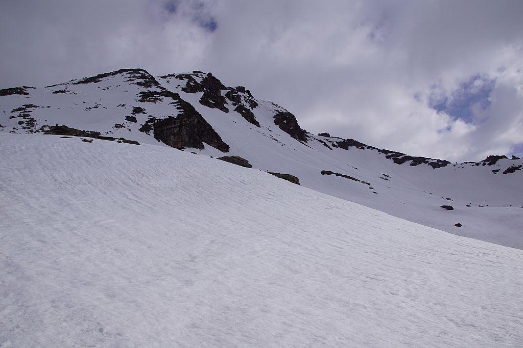 Alle beiden Aufstiegsvarianten (links Südwestmulde) und Mitte (Südrinne) sowie die Abfahrtsvariante durch die Südwestrinne (rechts) sind hier zu erkennen