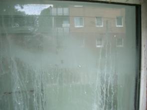 Glasverätzungen - Auswaschung von Zement, Kalk, etc.
