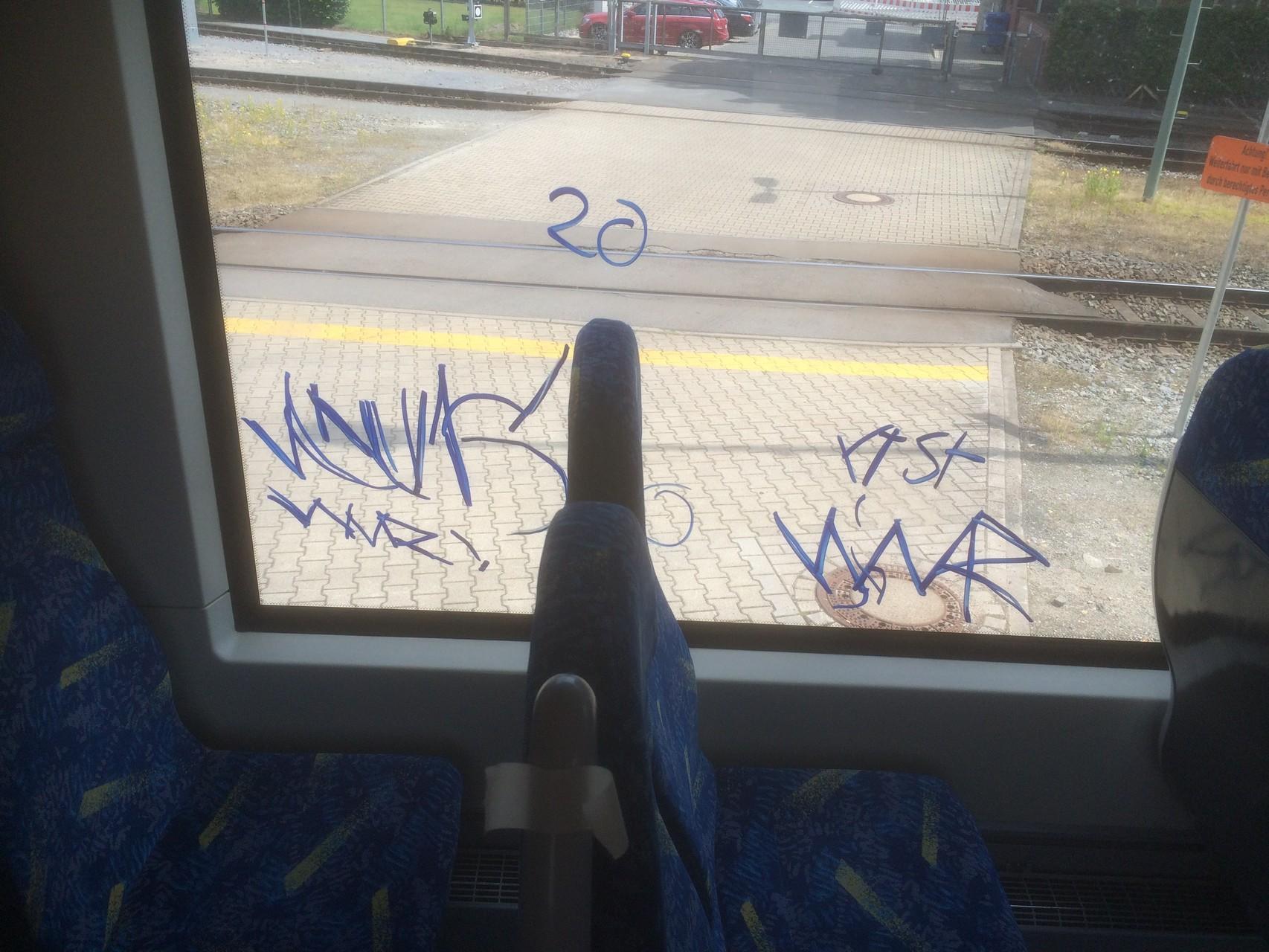 Schutz vor Vandalismus - Kratzschutzfolie in Bus und Bahn schützt das Glas vor Schäden