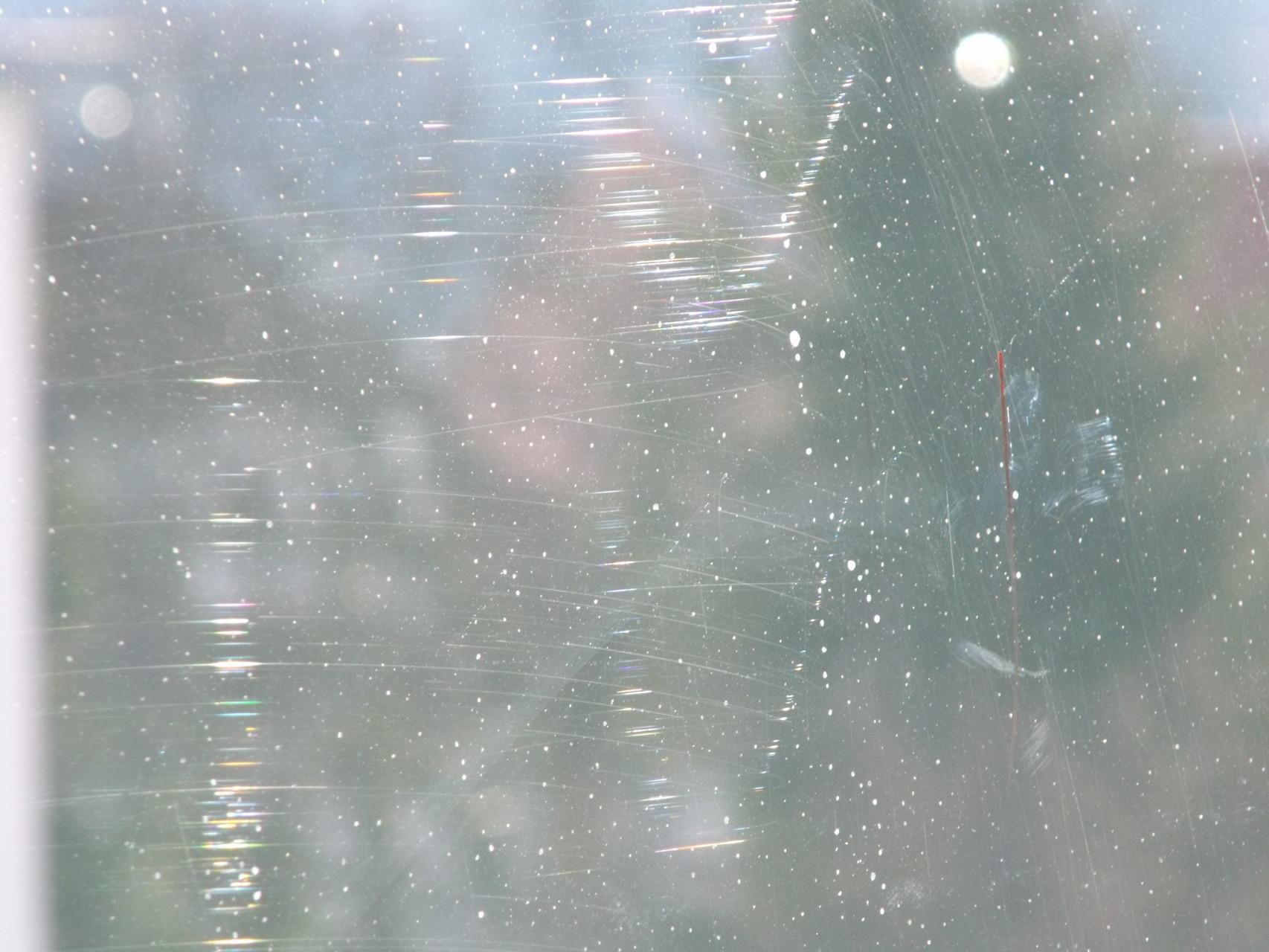 Glaskratzer durch fehlerhafte Reinigung - Flächig verkratzte Fensterscheibe