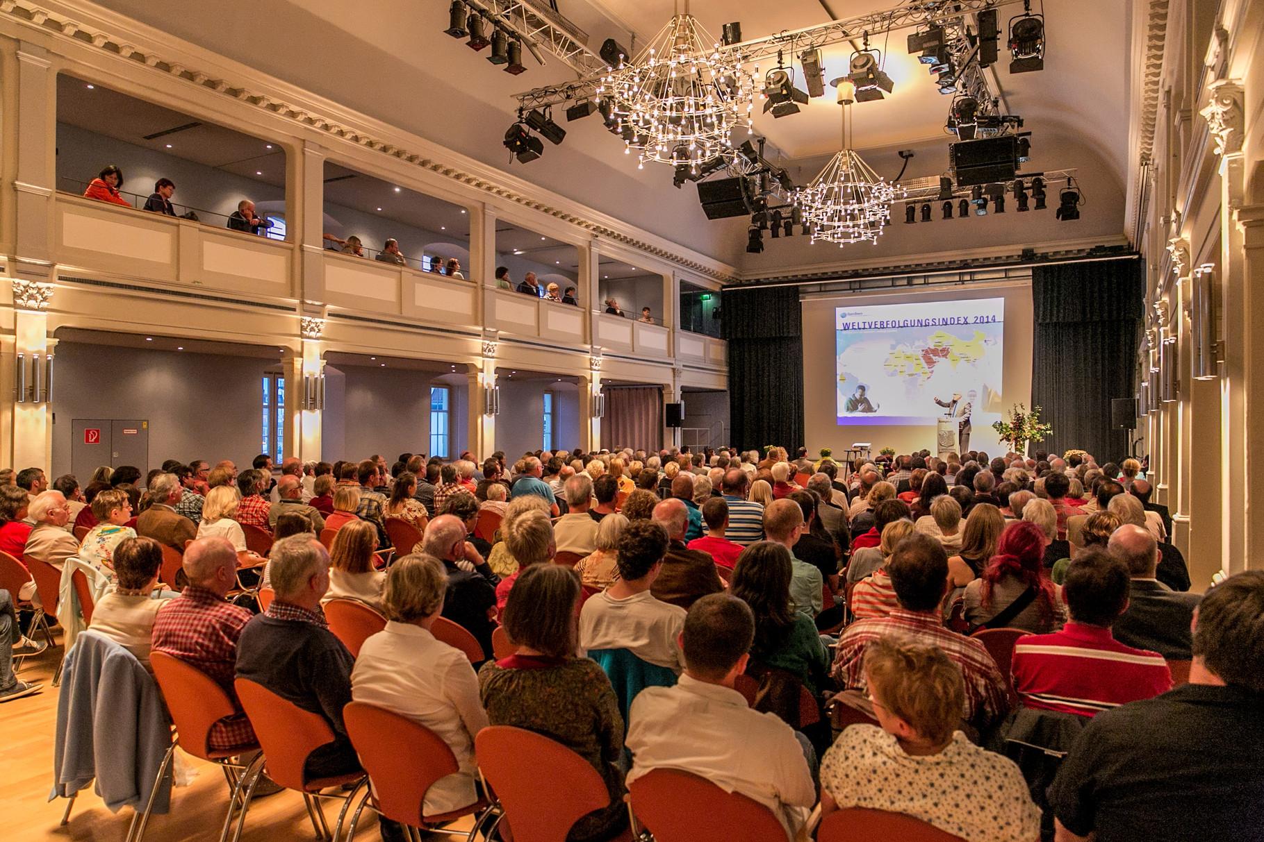 Blick über die Zuschauer im überfüllten Saal
