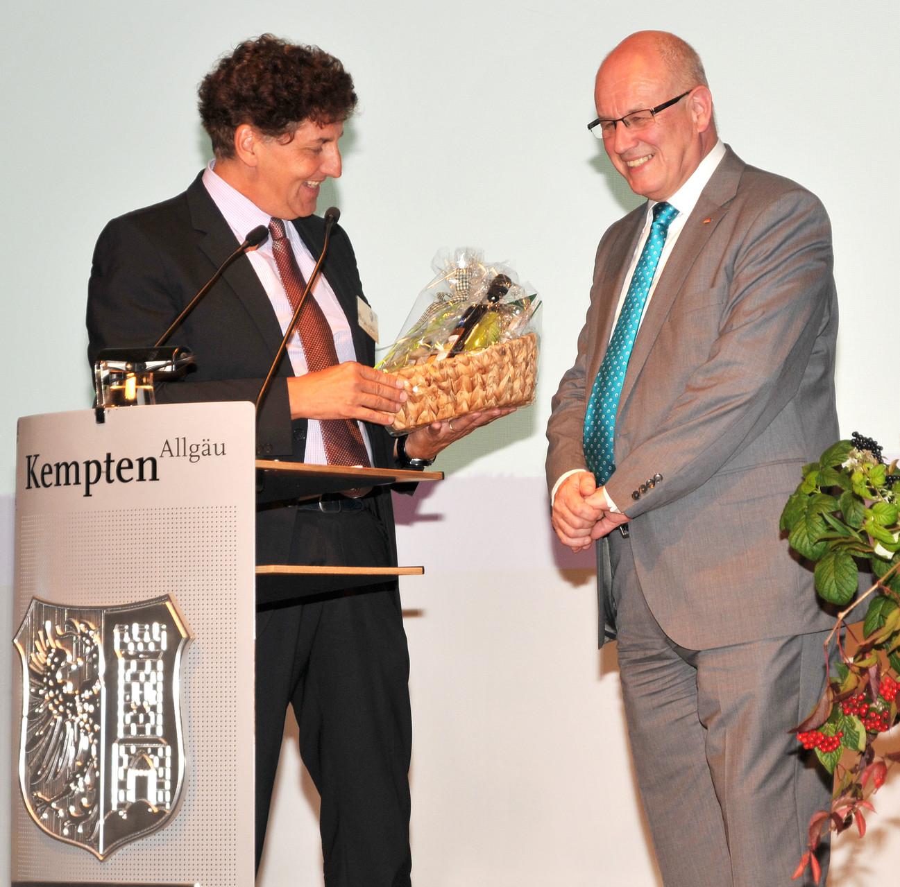 Geschenkübergabe an Volker Kauder