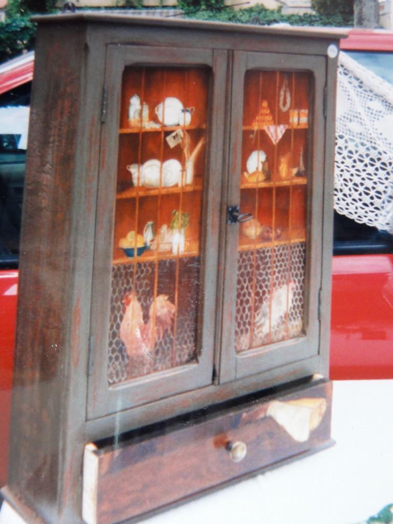 Armoire décorée à la peinture à l'huile
