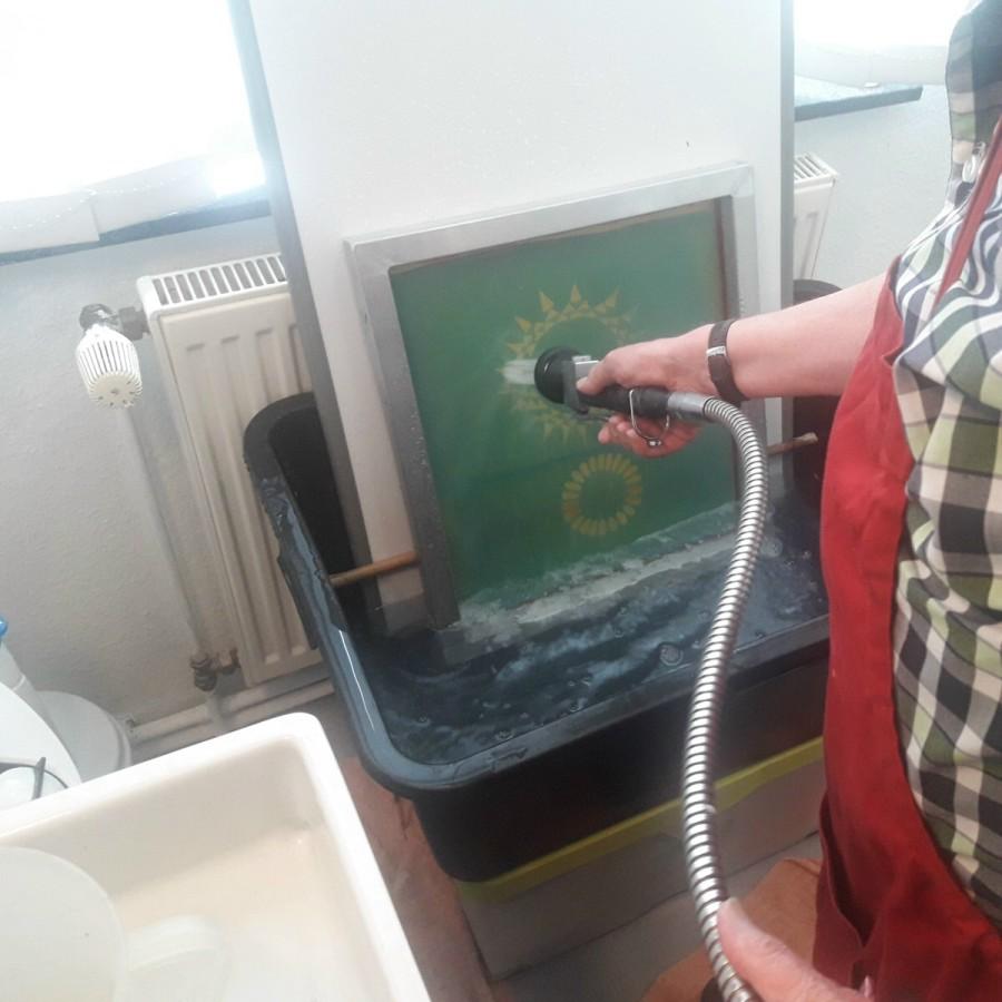 Jeder fängt mal klein an ... Auswaschen der Siebe in der Herrentoilette (Delmenhorst)