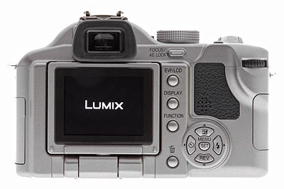La maggior parte dei controlli dell'esposizione si trova sul pannello posteriore della fotocamera, insieme al mirino ottico elettronico (EVF) e al monitor LCD orientabile. Il monitor LCD si solleva dal pannello posteriore e può girare 180 gradi.