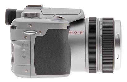 Il lato destro del Panasonic FZ50 (come si vede dalla parte posteriore) dispone di un occhiello per un'estremità della cinghia del collo, così come lo scomparto della scheda di memoria SD / MMC.