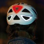 Licht am Helm des e-Bike Fahrers