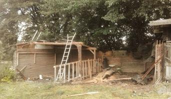 Zuerst wurde das komplette Dach entfernt und ein Teil der Stützen. Die Seitenteile konnten weitesgehend erhalten bleiben.