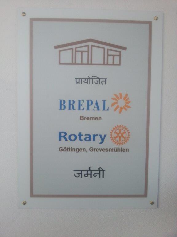 Das Schild der Sponsoren wird angebracht