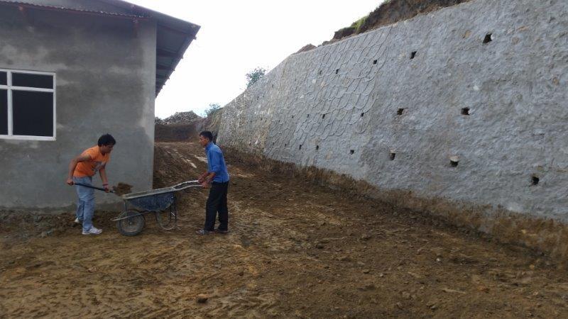 Die große Mauer sichert das Haus gegen Erdrutsche