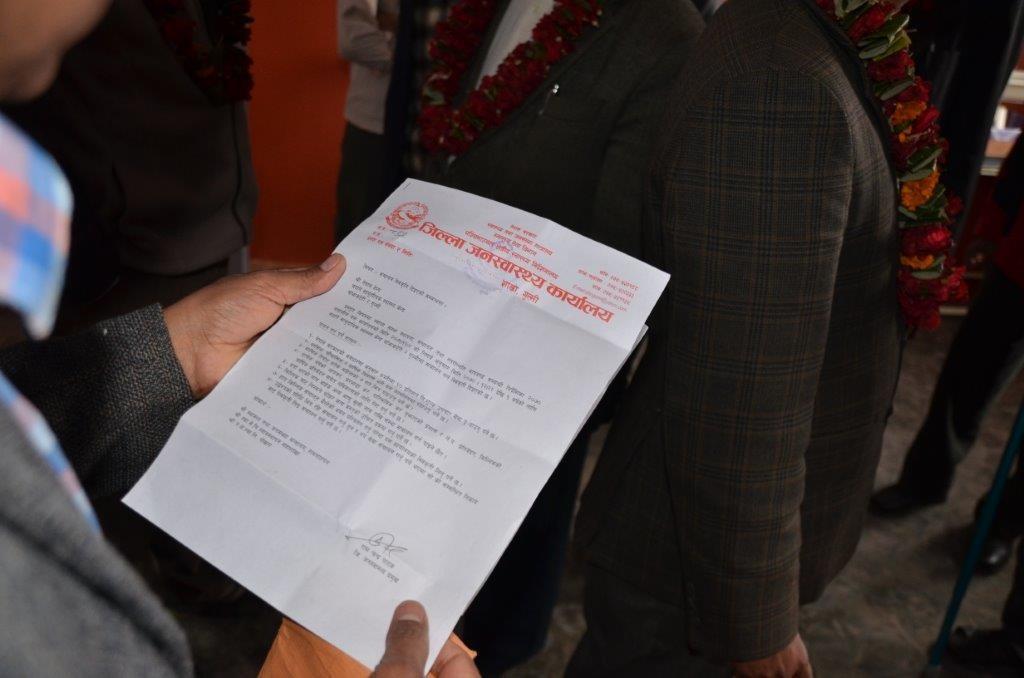 Ein wichtiges Dokument wurde überreicht: das Zentrum ist jetzt staatlich anerkannt.
