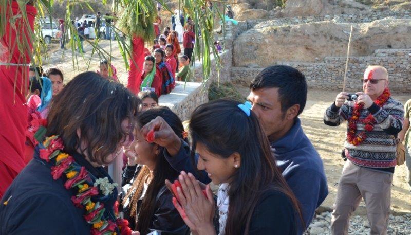 Blütenkränze und Tikkas werden verteilt