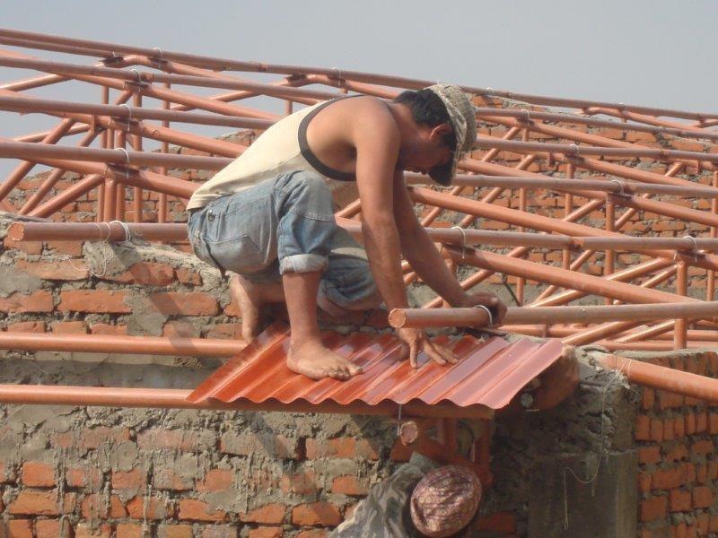 Die ersten Dachplatten sind eingetroffen