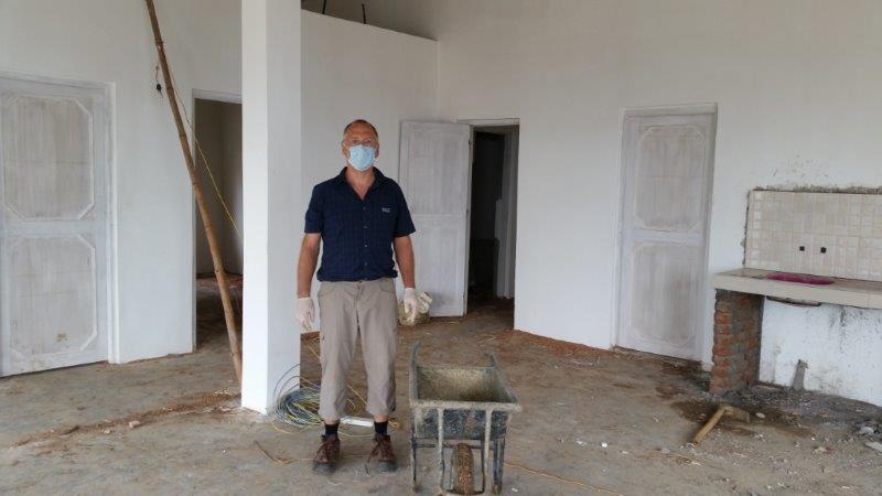 Klaus räumt die Baustelle auf