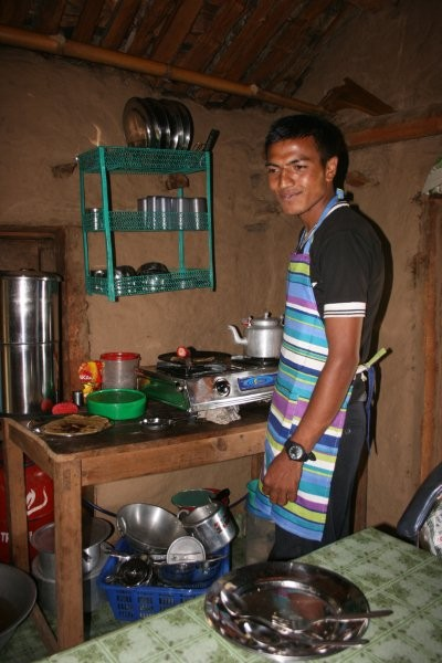 Yam Lhal beim Kochen