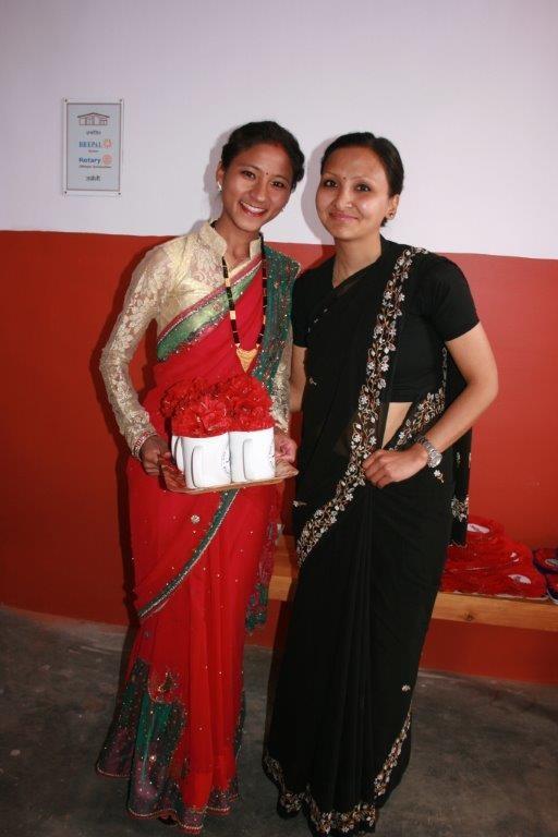 Laxmi, unsere Hebamme und Rinu, die Übersetzerin, haben sich in ihre schönsten Saris gekleidet