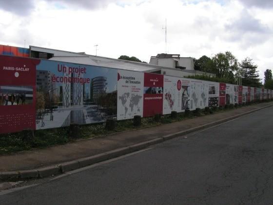 une centaine de mètres de panneaux d'un côté de la rue Joliot-Curie...