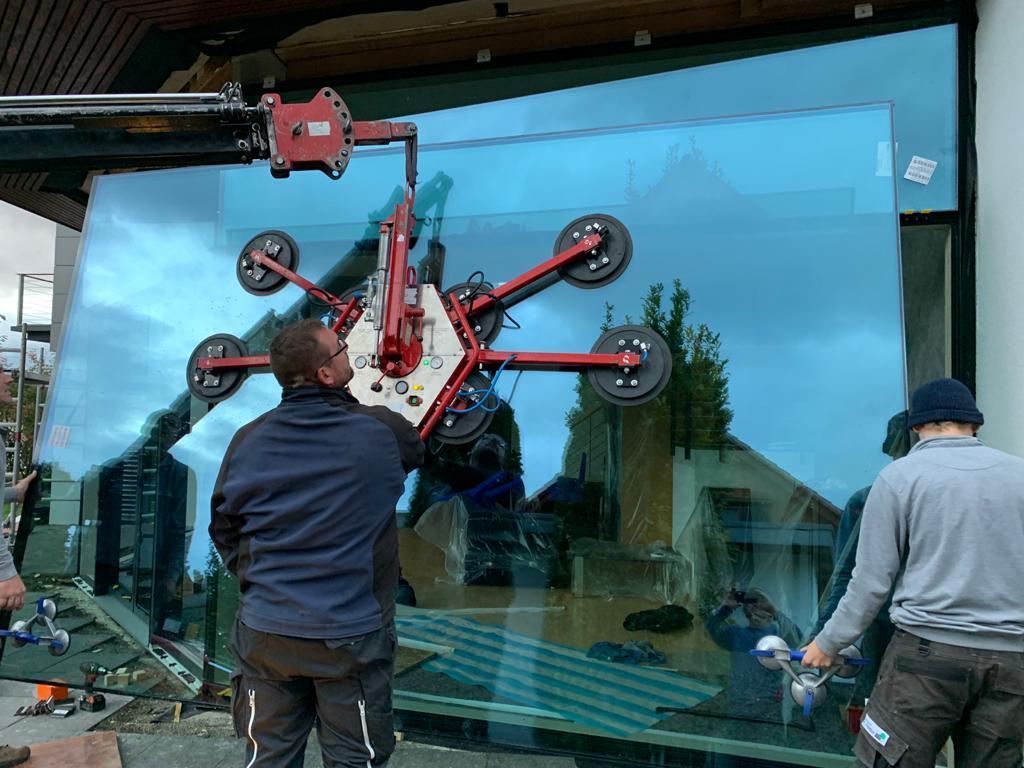 700 kg schwere Panoramascheibe mit Spezialkran eingebaut